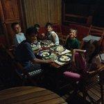 los niños disfrutando de la cena