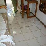 Quarto alagado, manchas no piso