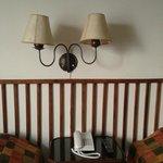 Lámparas sobre la cabecera de la cama