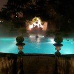In piscina di notte, a 36°, sotto la pioggia.  Un sogno.