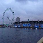 Vue de London eye en revenant vers l'hôtel sur Westminster bridge