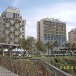 Вид со смотровой площадки возле лифта на пляж