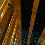 elevador com vista para o pátio interior.