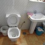 De badkamer .