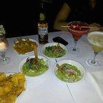 nachos con guacamole y drinks