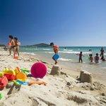 i Bambini liberi di crescere e di giocare in spiaggia a Orrì