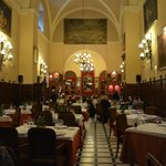 Interior casi religioso que invita a agradecer al Altísimo el disfrute de los platos elegidos.