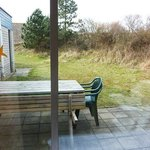 uitzicht op terras vanuit comfort bungalow (direct naast slaapkamer buren)