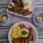 Croissant- und Full-Breakfast