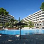 Vista del hotel tomada desde las piscinas