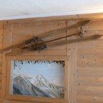 Раритетные лыжи в холле отеля