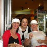 lors d'un repas chinois, la patronne au milieu
