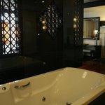 Dusit Thani Pool Villa: Master bath
