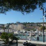 Hotel vu de l'autre côté du port