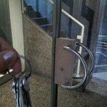 Notdürftig reparierte Eingangstür des Nebenhauses