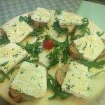 tagliere di formaggi con bruschette e miele