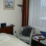 hotelkamer met versleten stoeltje