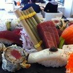 variado de sushi.