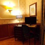 El escritorio de la habitación, con la tele