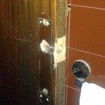 Puerta del baño, sin manilla.