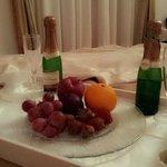 Vino e frutta fresca in camera
