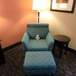 Bequemer Sessel im Zimmer