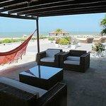 la terrazza dove oziavamo con vista sull'oceano, con piscina, amache e lettini. Cartagena old ci