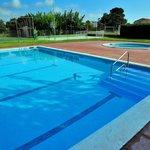 Dos piscinas enormes, una pista de tenis, una de basket y una de fútbol