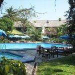 Poolbereich mit kleiner Bar im Hintergrund