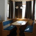 angolo con tavolino e panche in camera