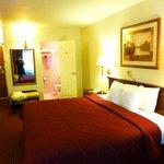 お部屋全貌。キングサイズ。横方向でも寝られます。