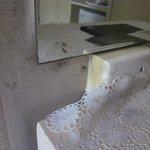 verdreckte Wand und Möbel