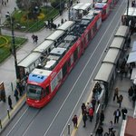 Straßenbahn-Haltestelle direkt vor dem Haus (Blick von Dachterrasse)