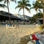 de la chaise de plage vers le resto buffet+bar+resto Eden