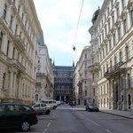 die Straße des Hotels