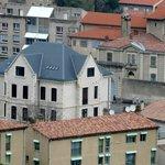 El edificio de enfrente a su derecha es la prisión