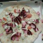 pizza con il baccalà e radicchio trevigiano....buonissima!!!