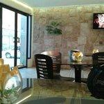 lobby con tv... mesas y ofrecen caffe, te, jugos para tomar gratis