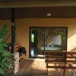 Bungalow mit Terrasse und Empfang mit liebevoll gestalteten Handtuchelefanten
