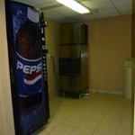 En cada piso hay una máquina de hielo y de bebida