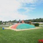 trampoline gonflable sur l'aire de jeux