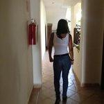 Morena en los pasillos del hotel