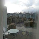 Blick auf die Terrasse des Zimmers und den Außenbereich