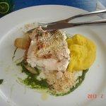 pescadito con pure de mandioca (creo!), muy rico condimentado