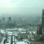 вид из окна 37 этажа на утренний пейзаж весенней Варшавы