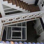 La escalera y los accesos a las habitaciones desde la terraza