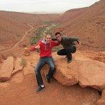 Moha y yo desde un punto de observación entre Marrakech y Ouarzazate