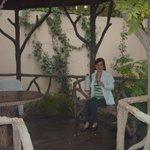 Jardín del Chalet - Rojaijú tomando mate
