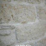 La Suite N°2 mur en pierre de Castrie