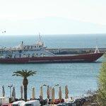 Odadan liman manzarası thassosa kalkan gemi...
